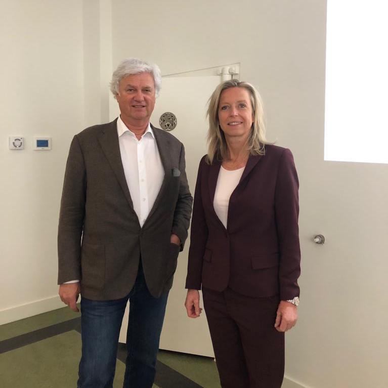 Breed Beraad tussen politiek en bouwsector in De Meelfabriek. Ab van der Wiel en Minister Ollongren. De Meelfabriek in Leiden